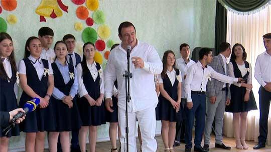 Գագիկ Ծառուկյանը Վերջին զանգի առթիվ այցելել է հարազատ դպրոց