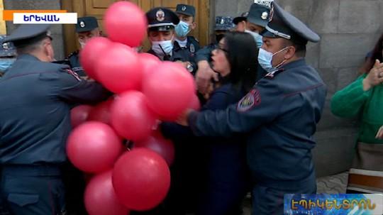 Քաշքշուկ ԱԺ-ի մոտ՝ ոստիկանների և Փաշինյանի հրաժարականը պահանջող քաղաքացիների միջև